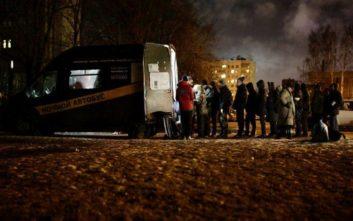 Σεφ φτιάχνουν σούπα για τους άστεγους τις κρύες νύχτες της Αγίας Πετρούπολης