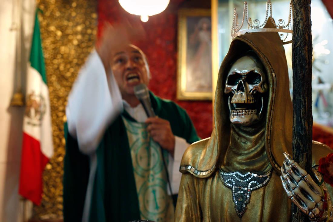 Η Αγία του Θανάτου που λατρεύουν οι βαρόνοι των ναρκωτικών και πολεμά μετά μανίας το Βατικανό