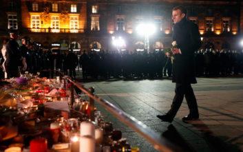 Ένα λευκό τριαντάφυλλο από τον Μακρόν για τα θύματα της επίθεσης στο Στρασβούργο