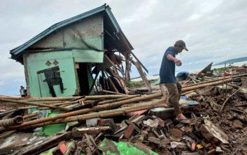 Θρήνος στην Ινδονησία, στους 373 οι νεκροί από το τσουνάμι