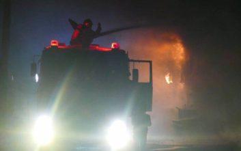 Υπό μερικό έλεγχο η φωτιά σε εργοστάσιο στη Λάρισα