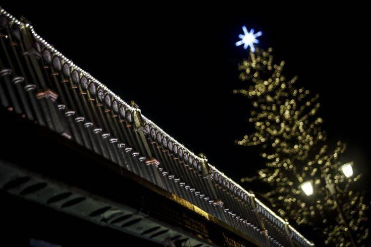 Φωταγωγήθηκε στα Τρίκαλα το ψηλότερο χριστουγεννιάτικο δέντρο στην Ελλάδα