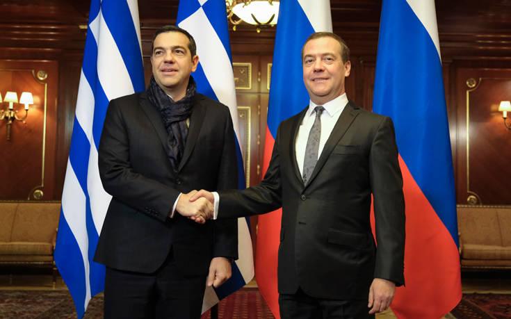 Η εμφάνιση του Αλέξη Τσίπρα με μπλε φουλάρι στη Μόσχα