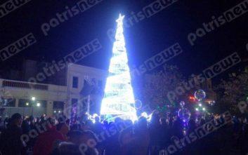 Με βεγγαλικά και μουσικές άναψε το χριστουγεννιάτικο δέντρο στον Πύργο