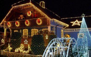 To «χριστουγεννιάτικο» σπίτι στην Αυστρία με τα 150.400 λαμπιόνια