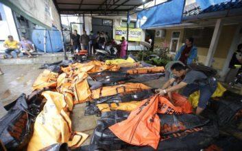 Εκατόμβη νεκρών και σκηνές αποκάλυψης από το τσουνάμι στην Ινδονησία