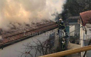 Οι καπνοί «έζωσαν» πυροσβέστη σε φλεγόμενη μονοκατοικία στη Λαμία