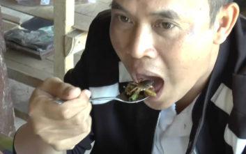 Λαχταριστό έδεσμα είναι στην Ταϊλάνδη τα… ζωντανά καβουράκια
