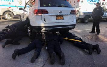 Αστυνομική επιχείρηση για τον απεγκλωβισμό γάτας που είχε παγιδευτεί κάτω από αυτοκίνητο