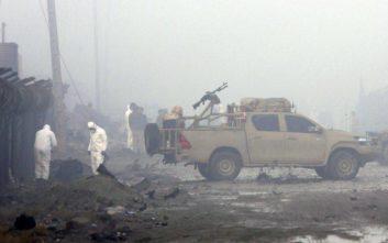 Έκρηξη παγιδευμένου αυτοκινήτου έξω από υπουργείο στην Καμπούλ