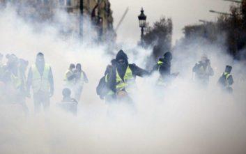 Τα «κίτρινα γιλέκα» έπληξαν την οικονομία της Γαλλίας