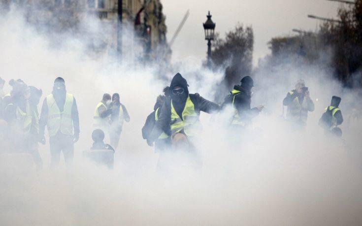 «Έκτακτα μέσα» στη Γαλλία για τα «κίτρινα γιλέκα»