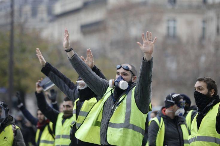 Μικρή η συμμετοχή των διαδηλωτών με τα «κίτρινα γιλέκα» στο Παρίσι