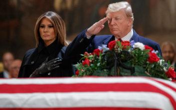 Ο Τραμπ και η Μελάνια τιμούν τον εκλιπόντα πρώην πρόεδρο των ΗΠΑ Τζορτζ Μπους