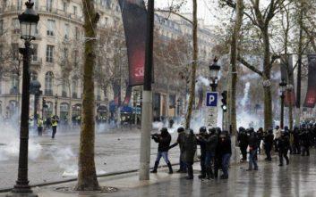 To στιγμιότυπο που έκλεψε την παράσταση στις συγκρούσεις «κίτρινων γιλέκων» και αστυνομίας