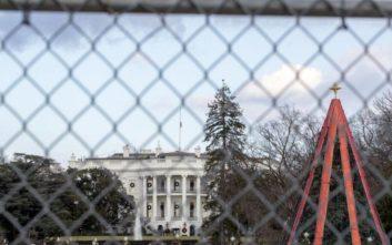 Το χριστουγεννιάτικο δέντρο στον Λευκό Οίκο είναι «κλειδωμένο»
