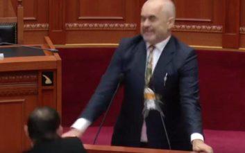 Πέταξαν αυγό στον Έντι Ράμα μέσα στην αλβανική βουλή
