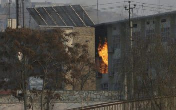 Ένοπλοι εισέβαλαν σε κυβερνητικό κτίριο στην Καμπούλ και κράτησαν ομήρους