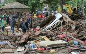 Περισσότεροι από 220 οι νεκροί, 843 οι τραυματίες από το τσουνάμι στην Ινδονησία