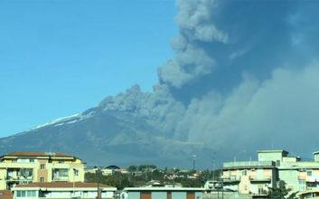 Η τέφρα υψώνεται στον ουρανό μετά την έκρηξη στο ηφαίστειο της Αίτνας