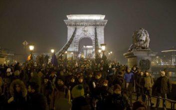 Χιλιάδες Ούγγροι και πάλι στους δρόμους για το «νόμο δουλείας»