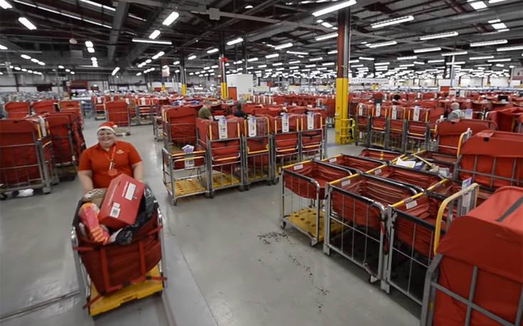Δουλεύοντας στο ταχυδρομείο την πιο πολυάσχολη μέρα της χρονιάς