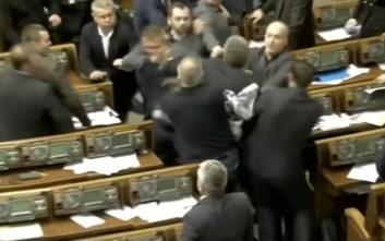 Μπουνιές και ξύλο στη Βουλή της Ουκρανίας