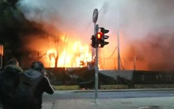 Στις φλόγες εργοτάξιο του μετρό στα επεισόδια στη Θεσσαλονίκη