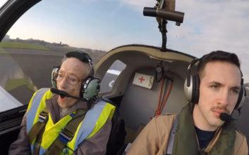 Προγιαγιά ανεβαίνει για πρώτη φορά στη ζωή της σε αεροπλάνο