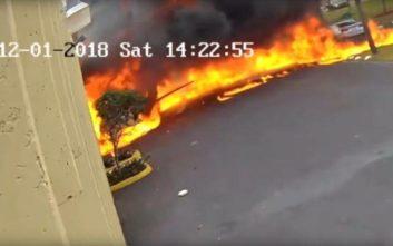 Η στιγμή που αεροπλάνο συντρίβεται σε κτίριο και τυλίγεται στις φλόγες