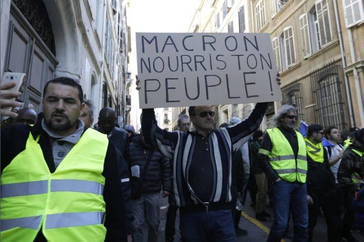 Αποφασισμένα για νέες διαδηλώσεις τα «κίτρινα γιλέκα» παρά τα «δώρα» του Μακρόν