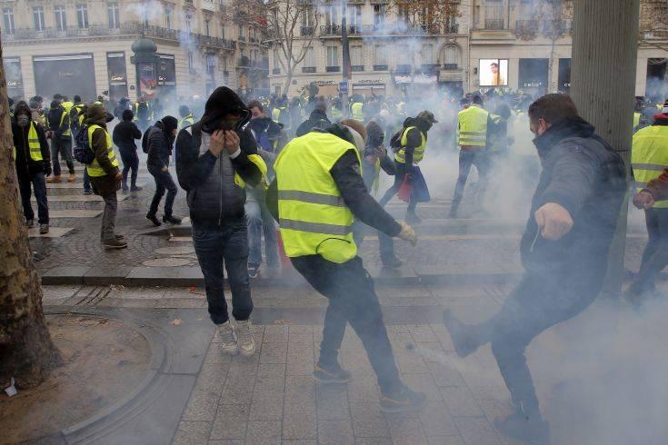 Πρόταση μομφής από τη γαλλική Αριστερά για τα «κίτρινα γιλέκα»
