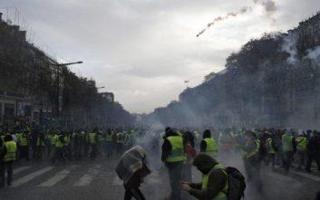 Σχεδόν 500 προσαγωγές στο Παρίσι, «Μακρόν, παραιτήσου» φωνάζουν οι διαδηλωτές