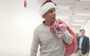 Ο Μπαράκ Ομπάμα ντύθηκε Άγιος Βασίλης και μοίρασε δώρα σε νοσοκομείο