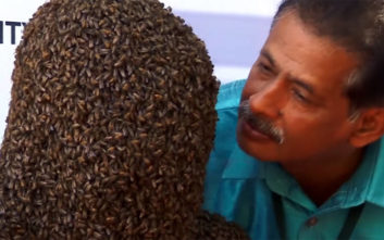 «Φόρεσε» 60.000 μέλισσες στο πρόσωπό του και… έσπασε το ρεκόρ