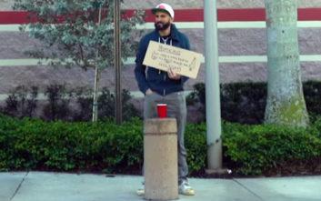 Ντύθηκε άστεγος για να… επιβραβεύσει την ανθρώπινη καλοσύνη