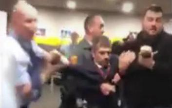 Φρουροί διώχνουν βίαια βουλευτή της αντιπολίτευσης από τη δημόσια τηλεόραση της Ουγγαρίας