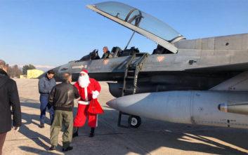 Ο Άγιος Βασίλης έφτασε στη Λάρισα με διθέσιο μαχητικό