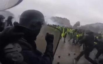 Δείτε ένα «ντου» της αστυνομίας στις γαλλικές ταραχές από την πλευρά των… ΜΑΤ