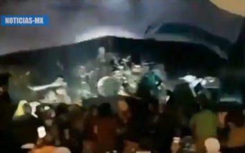 Η στιγμή που το τσουνάμι παρασέρνει μπάντα και θεατές στην Ινδονησία