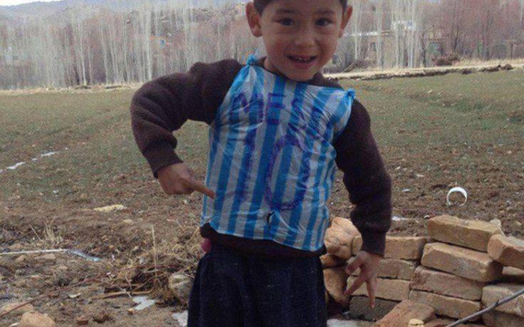 Ο μικρός «Αφγανός Μέσι» με τη φανέλα-σακούλα φοβάται για τη ζωή του