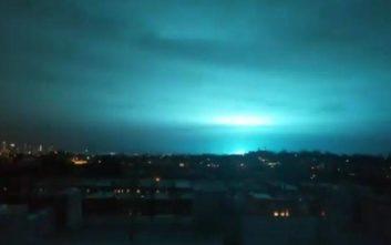 Έκρηξη μετασχηματιστή έβαψε μπλε τον ουρανό