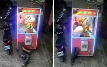 Άνθρωπος λάστιχο μπαίνει σε αυτόματο πωλητή παιχνιδιών για να κλέψει