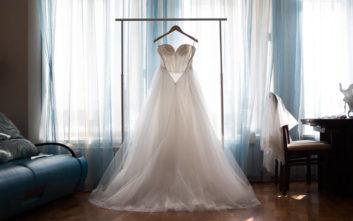 Γαμπρός και νύφη παντρεύτηκαν φορώντας και οι δύο νυφικό