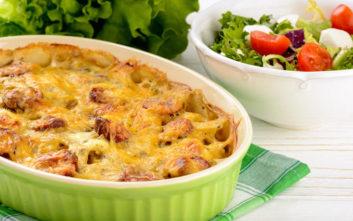 Λουκάνικα με πατάτες και τυρί στο φούρνο
