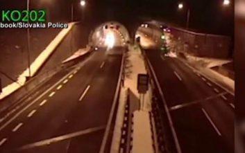 Αυτοκίνητο εκτοξεύεται στον αέρα και τρακάρει στην οροφή τούνελ