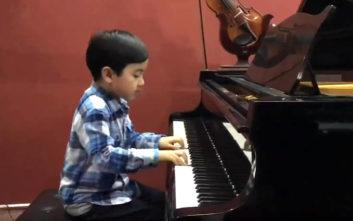 Απολαύστε έναν βιρτουόζο του πιάνου ετών… εφτά