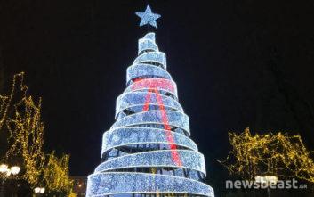 Φωταγωγήθηκε το χριστουγεννιάτικο δέντρο στην Αθήνα