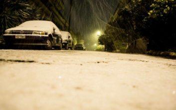 Στα λευκά η Αττική, κλειστοί δρόμοι λόγω του χιονιά