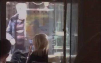 Ο... αναπάντεχος επισκέπτης σε καφετέρια που καθόταν η Θ. Τζάκρη